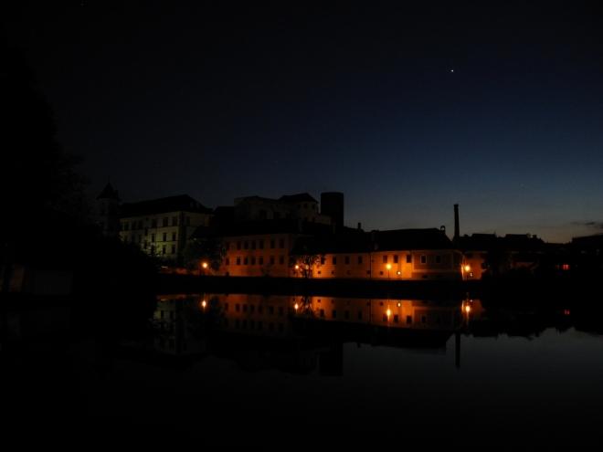 Hrad se zámkem a večernicí Venuší.