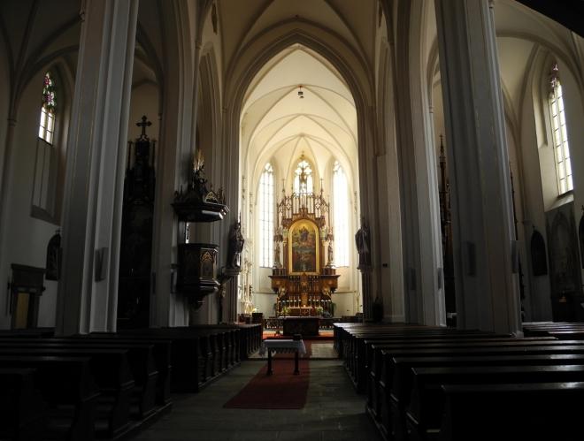 Nahlédnout jde i do kostela Nanebevzetí Panny Marie.
