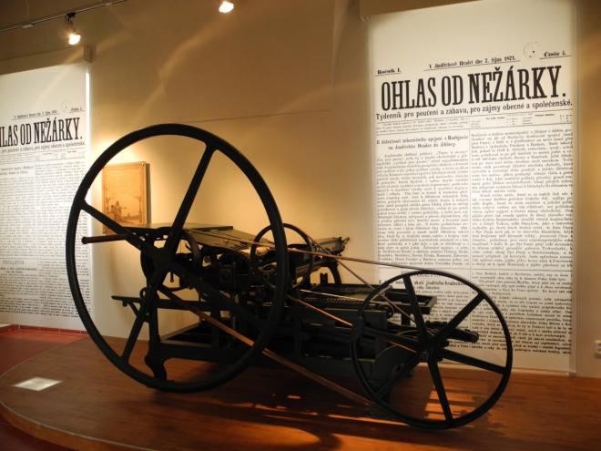 A také zde můžete vidět staré tiskařské stroje a tisky z minulých století.