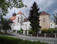 Gotický kostel sv.Jana Křtitele vznikal postupně od začátku 13. století na místě románské svatyně.  V následujícím století byla postavena kaple sv. Mikuláše, která bývá označována za perlu vrcholné gotiky v jižních Čechách.
