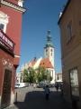 Pohled průrvou na děkanský kostel Proměnění Páně na hoře Tábor na Žižkovo náměstí