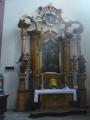 Menší oltář uvnitř kostela
