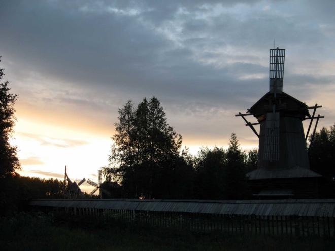 Noční pohled na náš zítřejší cíl, skanzen v Malých Karelách