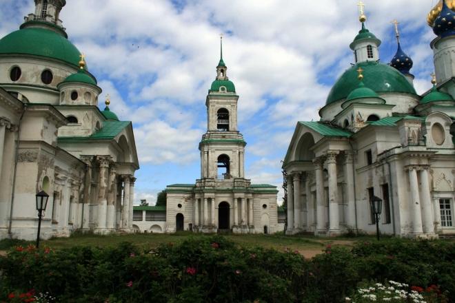 V areálu Spaso-jakovlevského kláštera
