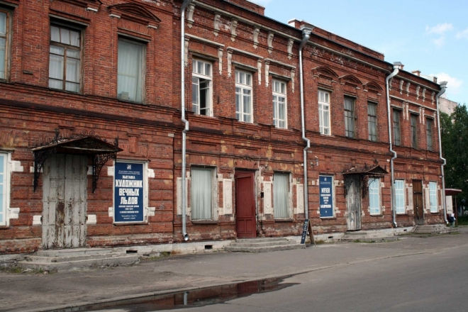 V této zchátralé budově je muzeum uměleckého ztvárnění dobývání severu