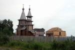 Nově budovaný kostel na výjezdu z Archangelska směrem na Malé Karely
