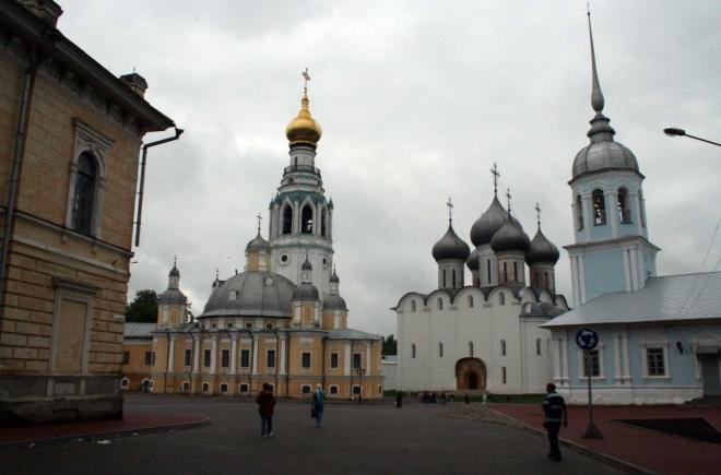 Vologda - Kremelské náměstí zleva Voskresenský chrám, za ním zvonice Sofijského chrámu, vpravo kostel Alexandra Něvského