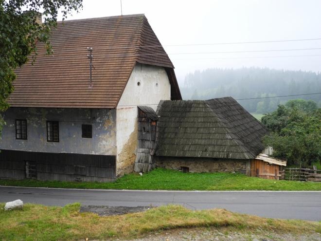 """Nejstarší zmínka o obci pochází z roku 1352, kdy náležela vladykům Vilému a Zdeňkovi ze Lštění. Území však bylo osídleno již mnohem dříve. Napovídá tomu i staroslovanské jméno vsi """"Léščie"""" (lískový porost), které patřilo do nejjižnějšího cípu Čechy obydleného Pošumaví."""