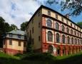 K severnímu nároží zámku je připojena patrová desetiboká barokní přístavba s klenutým přízemím.