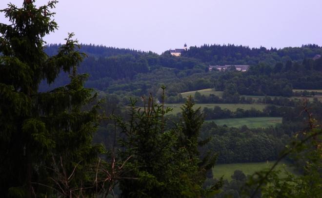 Při sestupu se otevírá pohled ke kostelu ve Lštění.