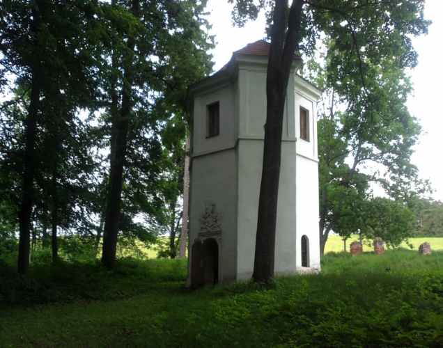 V parku, který byl založen v roce 1660, stojí osmiboká, raně barokní kaple ukončená kupolí a lucernou, vyzdobenou malbou s bohatým štukem. Osmiboký je i pavilón se znakem Hýzrlů z Chodů. Stejný půdorys má i grotta s částečně dochovanými nástěnnými malbami.