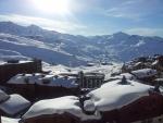 První pohled z našeho pokoje na centrum Val Thorens a okolní hory