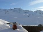 Druhý pohled z našeho pokoje na centrum Val Thorens a okolní hory