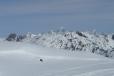 V dálce vykukuje vrchol Mont Blancu