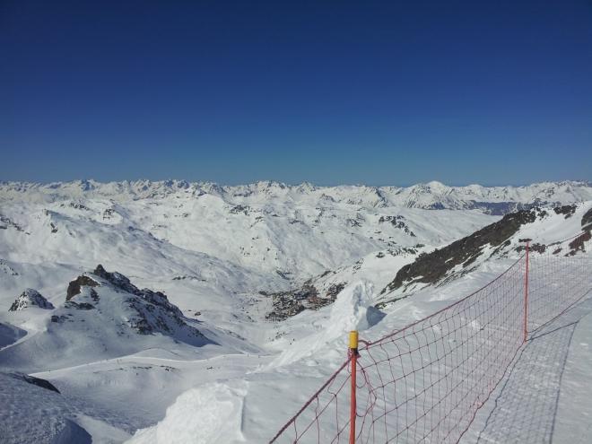 Ranní pohled z horní stanice sedačkové lanovky Péclet do údolí Val Thorens