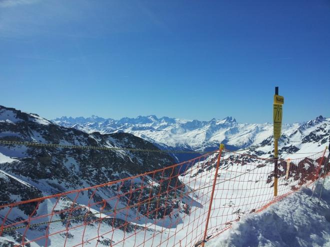 Hrazení zabraňující lyžařům vstup do nebezpečných oblastí