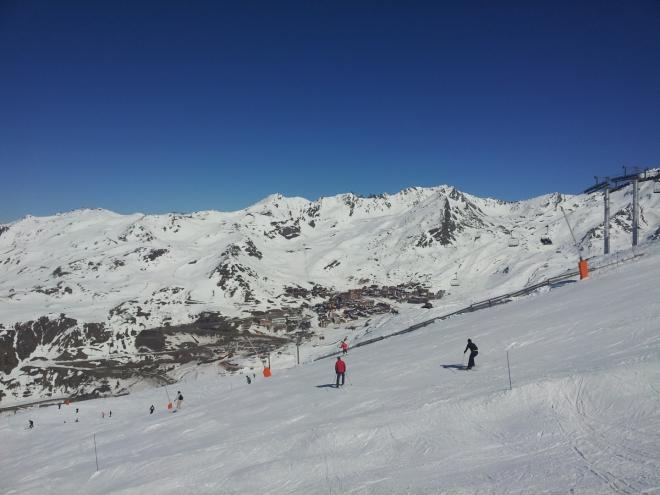 V dáli je vidět lyžařské středisko Val Thorens