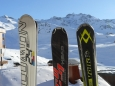 Naše lyže po celodenní šichtě