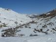 Pohled do údolí směrem k Les Menuires. Je vidět, že bylo celý týden hodně teplo, sníh šel dolů a na některých místech je vidět už i holá zem