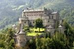 Pohled na hrad Werfen od dálnice.