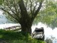 U břehu jsou pod vrbou schované pěkně staré bárky ...