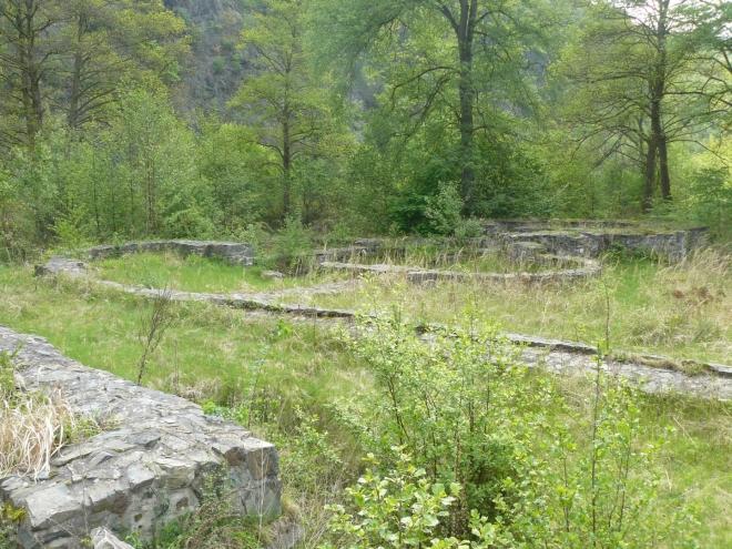 Vzadu zřejmě bývala bazilika, jak lze usoudit z tvarů zdí.