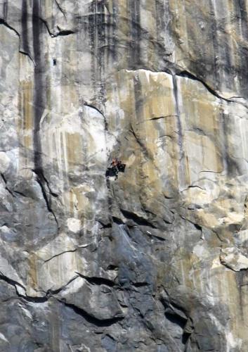 Horolezci ve stěně - brutální výřez z předchozí fotografie, teleobjektiv jsme měli v autě a auto bylo dost daleko, tak aspoň takhle