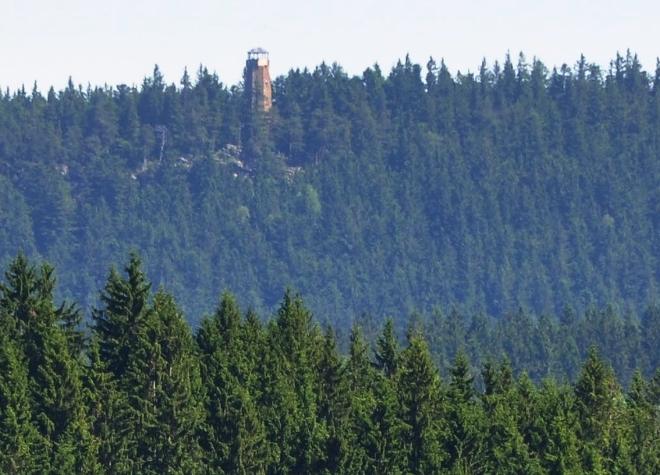 Z dáli přitažená rozhledna na vrcholu Sedla. Určitě dobrý cíl pro turisty.