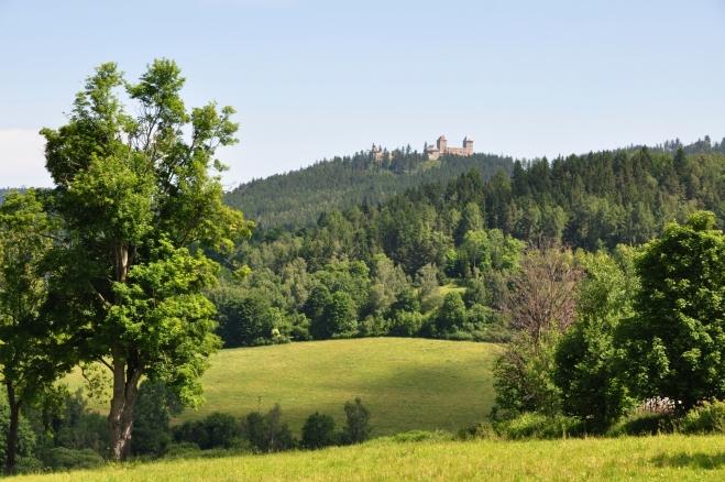 Hrad Kašperk je dominantou krajiny.