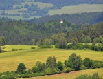 Pohled do údolí Otavy na špičku kostela sv. Mořice na Mouřenci.