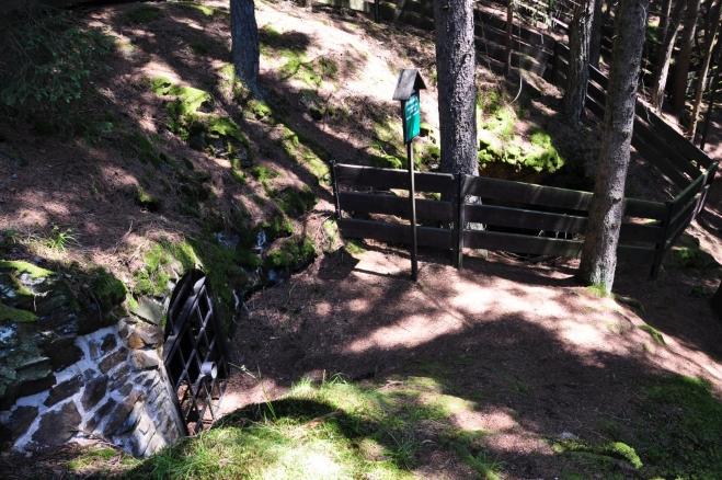 Zde jsou okolo štol i ohrady. Je to hlavně proto, že většina z nich míří do podzemí.