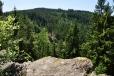 Ze skalního ochozu vidíme protější Lídlovský kopec.