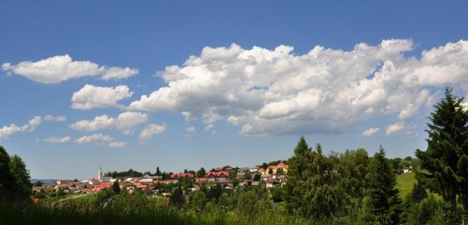 Liščí vrch poskytne i výhled ke Kašperským Horám.