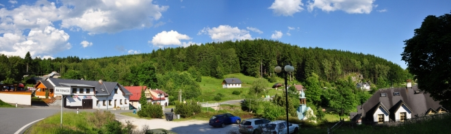Panorama Řetenice s kapličkou a hotelem Rosa.