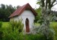 Kaplička před vesnicí.