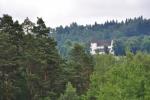 Stoupání k Borovině skýtá výhledy na Šumavu i na kostel sv. Mikuláše, kde jsme byli před dvěma dny.