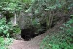Hlavní vchod je ukrytý o kousek dál a musí se popojít po cestě směrem k oplocené louce.