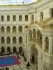 Hlavní auditorium Politechniki (technické univerzity). V Malém sálu vpravo za sloupy se odehrávala programátorská soutěž.