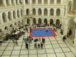 Dole se zrovna konají sportovní soutěže, modrá plocha je na kick box.