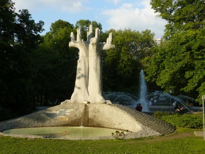 Socha v parku u Paláce kultury
