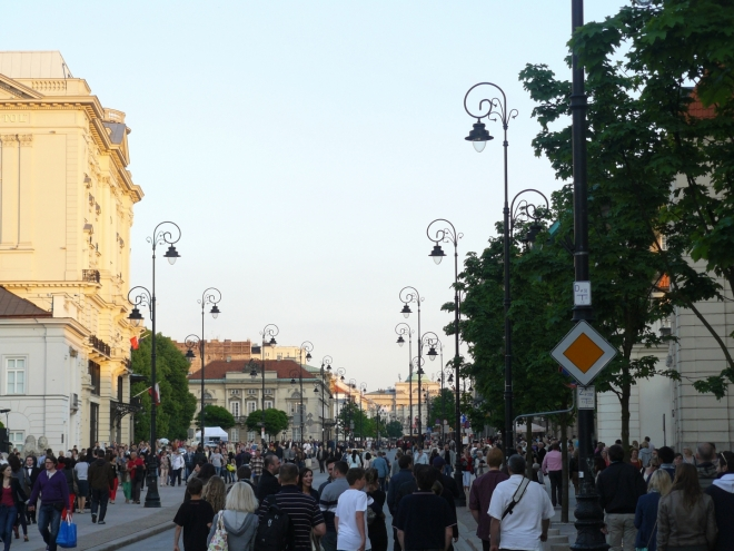 Třída Krakowskie Przedmiescie je plná lidí, narozdíl od většiny jiných částí města.