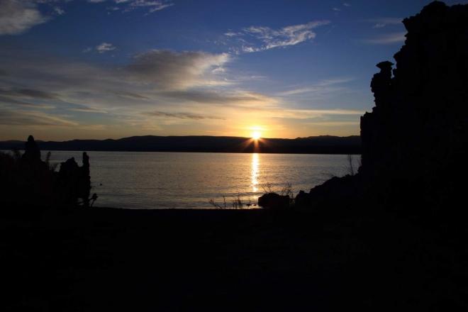 Konečně slunce vylézá i nad jezerem ....