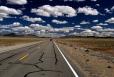 Nevadská poušť (Mohave desert), zatáčky na silnici jsou zbytečné, první je asi 23 km před námi. Krajina je na první pohled poměrně monotónní, ale přesto nám skýtá spoustu vizuálních zážitků