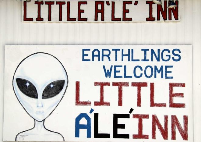 Přijíždíme do mětečka Rachel, kde nás vítá proslulý bar, v němž kromě občervení je muzeum UFO. Vcelku zajímavá atrakce