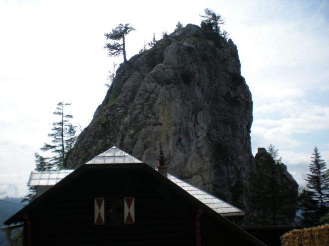 Chata Kienthalerhütte, nad kterou se tyčí skalní zub Turmstein (1416 m. n. m.). Na něj vede celkem obtížná zajištěná cesta.