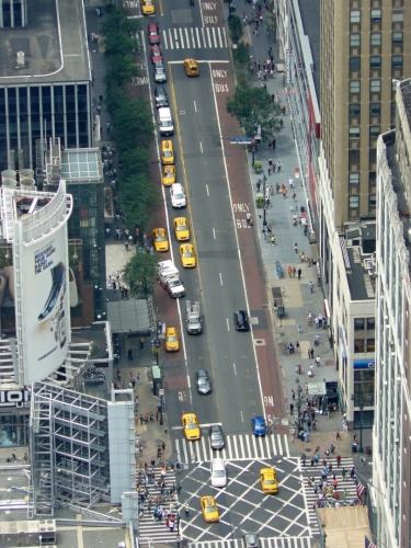 Taxíky na ulici a spousta lidí na přechodech
