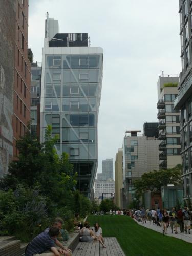 Budova galerie umění se tyčí nad parkem.