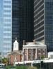 Svatyně svaté Elizabety Setonské ostře kontrastuje s mrakodrapem