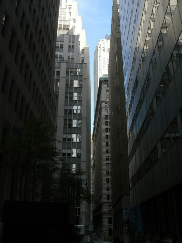 Úzká ulička v Downtownu působí až depresivně. (Zřejmě jde o ulici Exchange.)
