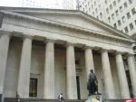 Federal Hall National Memorial, neboli památník federální budovy, která byla zbourána v roce 1812. Dnes je zde muzeum oslavující události, které se tu staly, hlavně inaugoraci prvního prezidenta USA, George Washingtona.